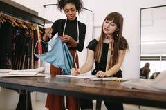 Предприниматели женщины на работе в их студии моды Стоковое Изображение