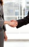 предприниматели закрывают руки трястия их поднимающее вверх Стоковые Фото