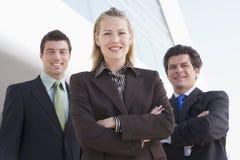 предприниматели здания outdoors стоя 3 стоковое изображение