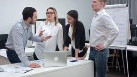 Предприниматели имея аргумент в офисе стоковое фото