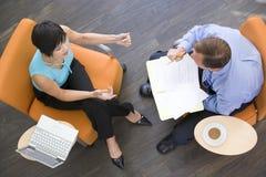 предприниматели имея внутри помещения встречать сидящ 2 стоковое фото rf