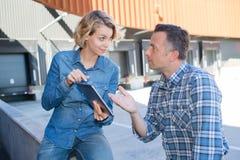 Предприниматели имея встречать outdoors с таблетками Стоковое Изображение