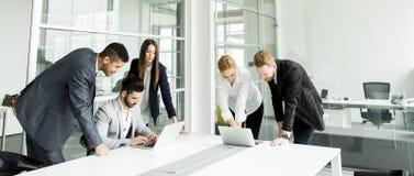Предприниматели имея встречу в конференц-зале Стоковая Фотография RF