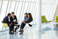 Предприниматели имея встречу в самомоднейшем офисе стоковые изображения rf