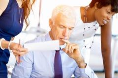 Предприниматели имея встречу стоковые фотографии rf