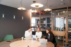 Предприниматели имея обсуждение на встрече команды в современное offic Стоковые Изображения RF