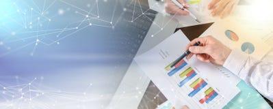 Предприниматели имея обсуждение о финансовом отчете; световой эффект иллюстрация штока
