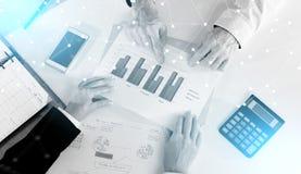 Предприниматели имея обсуждение о финансовом отчете; световой эффект иллюстрация вектора
