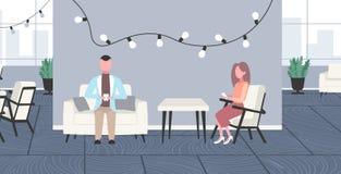 Предприниматели используя сотрудников женщины бизнесмена смартфонов сидя со-работа открытого пространства офиса кресла творческая бесплатная иллюстрация