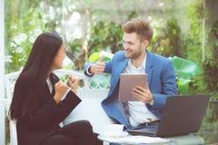 Предприниматели используя цифровой планшет работая в современном офисе, сыгранности планирования людей дела 2 говоря Стоковые Изображения RF