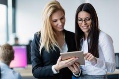 Предприниматели используя цифровую таблетку в офисе совместно Стоковая Фотография