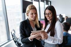 Предприниматели используя цифровую таблетку в офисе совместно Стоковое Изображение