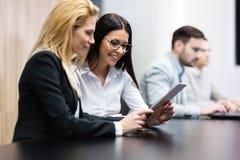 Предприниматели используя цифровую таблетку в офисе совместно Стоковая Фотография RF