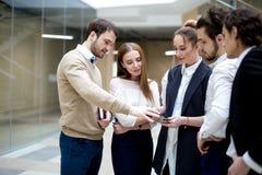 Предприниматели используя цифровую таблетку совместно в офисе Стоковая Фотография RF