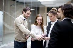 Предприниматели используя цифровую таблетку совместно в офисе Стоковое Фото