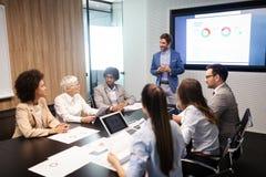 Предприниматели и бизнесмены конференции в конференц-зале стоковая фотография