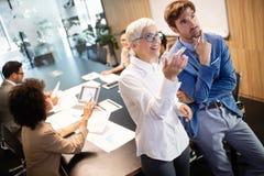 Предприниматели и бизнесмены конференции в конференц-зале стоковое изображение rf