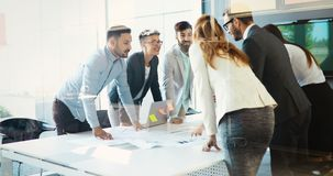 Предприниматели и бизнесмены конференции в современном встречая r стоковое изображение