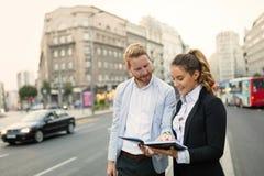 Предприниматели коммутируя и идя в город стоковые фотографии rf