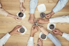 Предприниматели куря на перерыве на чашку кофе на деревянной столешнице Стоковые Изображения RF