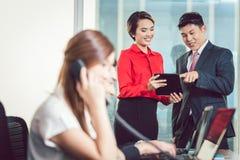 Предприниматели на работе в офисе стоковые фотографии rf