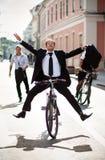 Предприниматели на bikes и ходе стоковое изображение