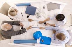предприниматели обсуждая конторскую работу Стоковые Изображения RF