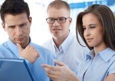 Предприниматели обсуждая работу Стоковое Изображение RF