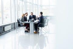Предприниматели обсуждая совместно в конференц-зале во время встречи на офисе стоковое изображение