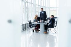 Предприниматели обсуждая совместно в конференц-зале во время встречи на офисе стоковое фото rf