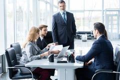 Предприниматели обсуждая совместно в конференц-зале во время встречи на офисе стоковая фотография