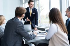 Предприниматели обсуждая совместно в конференц-зале во время встречи на офисе стоковое фото