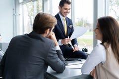 Предприниматели обсуждая совместно в конференц-зале во время встречи на офисе стоковая фотография rf