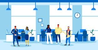 Предприниматели объединяются в команду коллективно обсуждать бизнесменов обсуждая новый проект во время встречи офиса конференции бесплатная иллюстрация