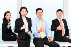Предприниматели показывая знак thumbsup стоковое изображение rf