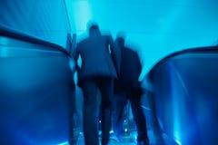 Предприниматели покидая офисное здание, нерезкость движения стоковые фотографии rf