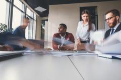 Предприниматели работая в офисе, один человек думают, произнесли нерезкость движения Стоковое фото RF