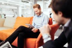 Предприниматели работая пока смотрящ приборы стоковые фото