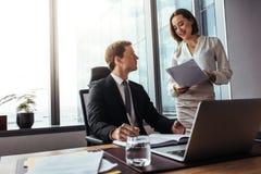 Предприниматели работая совместно в офисе Стоковые Изображения