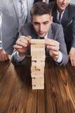 Предприниматели строя башню блока стоковые изображения