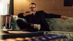 Предприниматель в командировке ждать в лобби гостиницы стоковые изображения rf