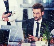 Предприниматель в офисе соединенном на интернете Концепция партнерства и сыгранности стоковое изображение rf