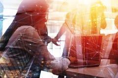 Предприниматель в офисе соединенном на интернете Концепция партнерства и сыгранности стоковое изображение