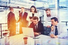Предприниматель в офисе соединенном на интернете Концепция партнерства и сыгранности стоковые изображения