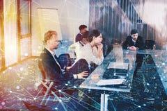 Предприниматель в офисе с влиянием сети Концепция партнерства и сыгранности Стоковое Фото