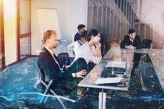 Предприниматель в офисе с влиянием сети Концепция партнерства и сыгранности Стоковые Фото