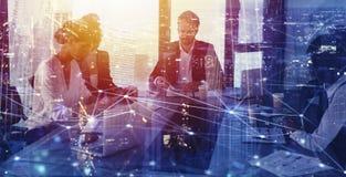 Предприниматель в офисе с влиянием сети Концепция партнерства и сыгранности Стоковое Изображение
