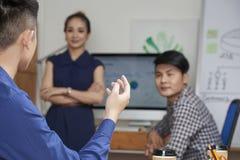 Предприниматель говоря с сотрудниками стоковые изображения