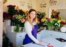 Предприниматель женщины магазина флориста принимая заказы онлайн стоковые фото