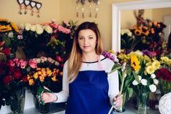 Предприниматель женщины магазина флориста с солнцецветом и резцами стоковые изображения
